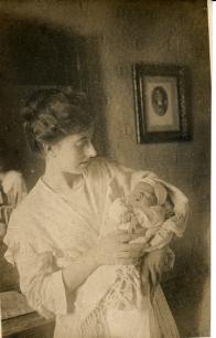 - La tieta Pilar Dot amb Simó Dot als braços el dia del seu naixement, 21 de setembre de 1916. Foto: Foto arxiu família Dot.